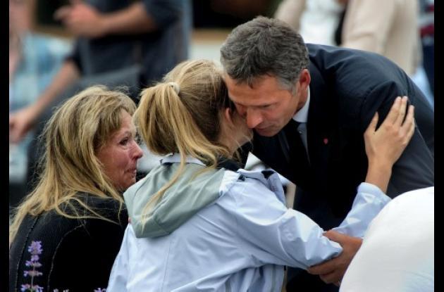 Primer ministro de Noruega dándole apoyo a familiares de víctimas de tragedia