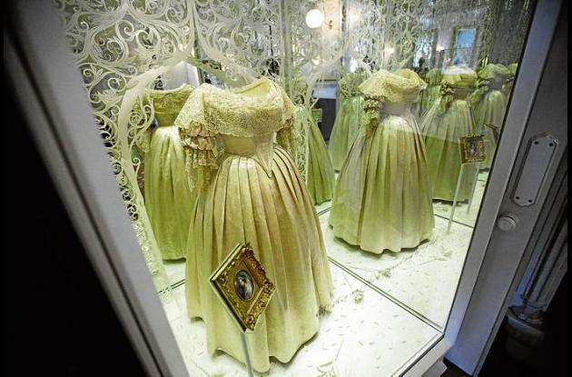 Vestido de novia de seda de color marfil usado por la reina Victoria