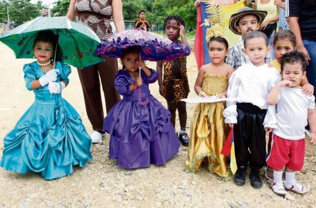 Niños celebran el Día de la Raza (2011).