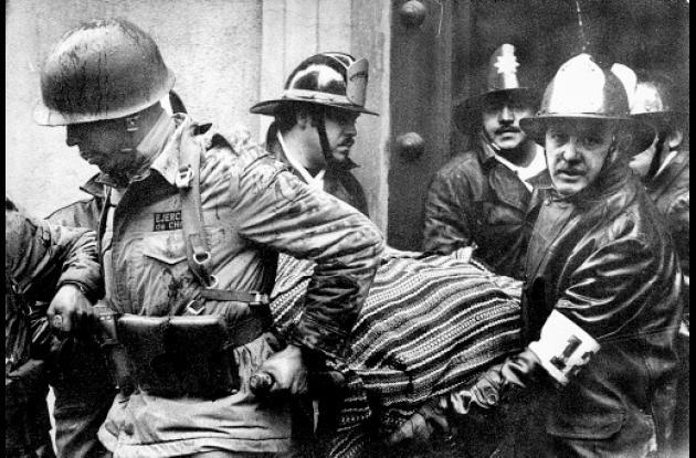 Soldados transportan  el cuerpo de Salvador Allende.