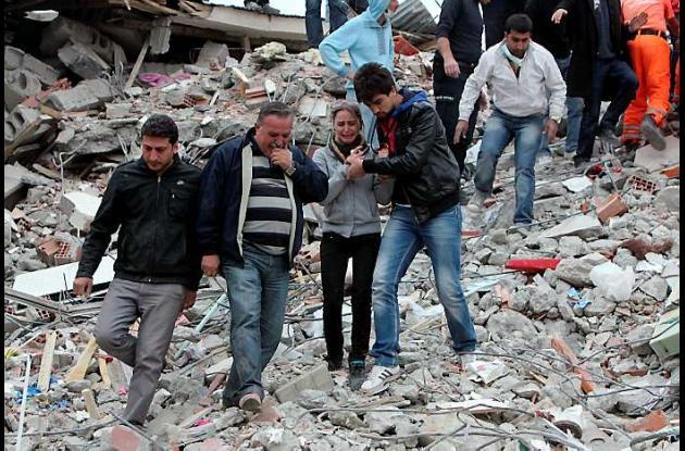 Buscan sobrevivientes de sismo en Turquía