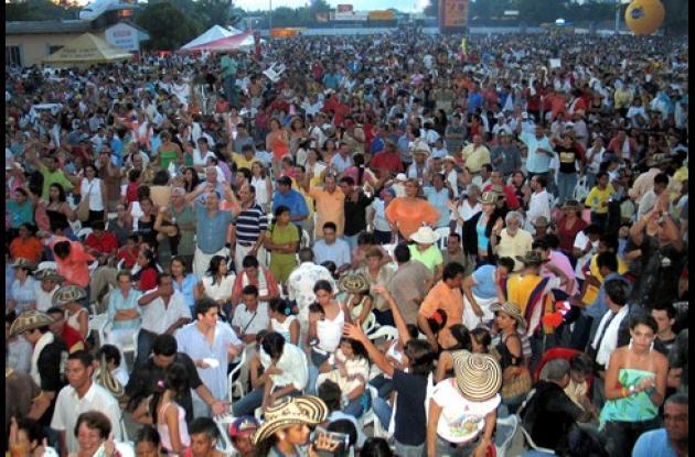 Cientos de personas se reúnen anualmente para disfrutar de la gran alborada del Festival Nacional del Porro.