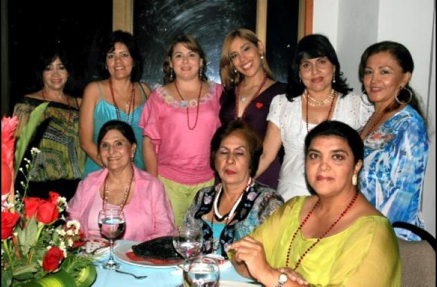 De pie: Elisa Luna, Maritza Marín, María Virginia Martínez; la novia, Alejandra María Barraza; Martha de Barraza y Fabiola  de Reino; sentadas:  Ofelia Mordecai de Torres  Regina Barraza Julia de Barraza.