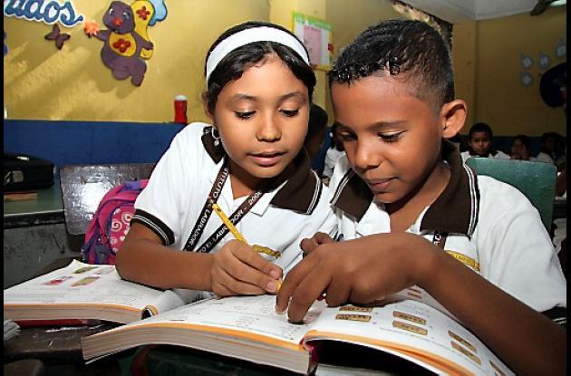 Niños estudiando.