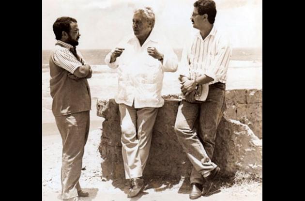 El escritor Jorge García Usta, a la izquierda,  Alberto Salcedo y Héctor Rojas H