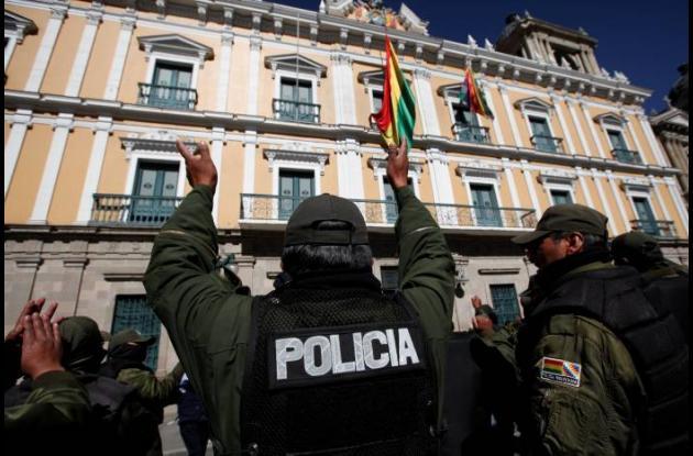 Policías rasos termian motín en Bolivia tras acuerdo salarial con gobierno