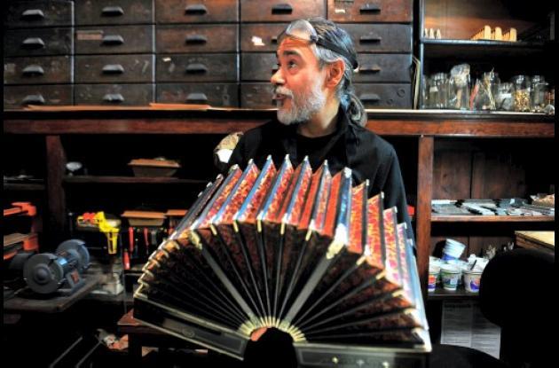 Luthier Oscar en el Museo del Bandoneon en Buenos Aires (Argentina).