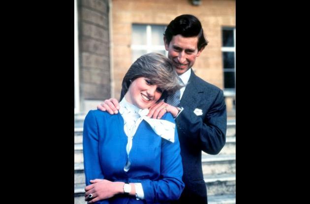 El príncipe Carlos y Lady Diana Spencer en el anuncio de su compromiso.