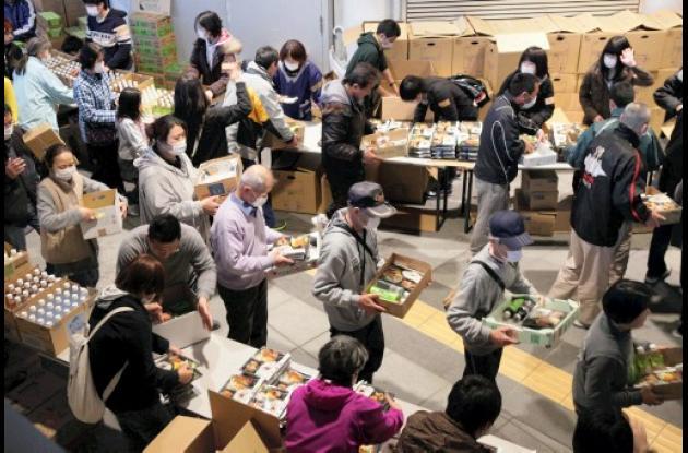 Japones recibiendo comida y agura después del sismo