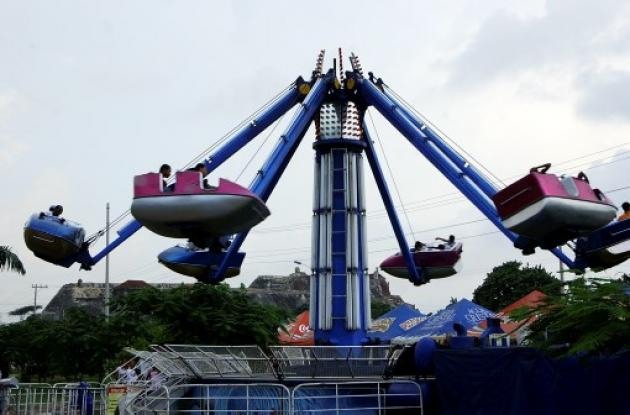 Atracción mecánica en un parque de diversiones