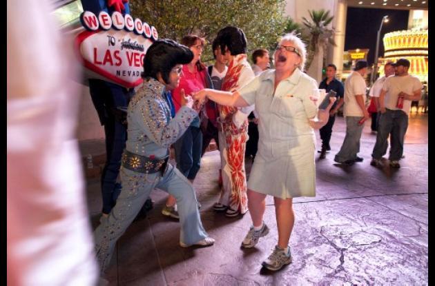 Tony Gallardo, (izquierda) baila con una turista frente a un casino.