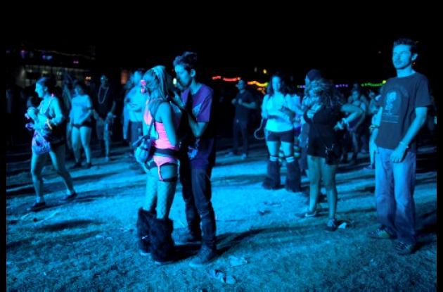 Las parejas bailan durante una noche de carnaval con música electrónica