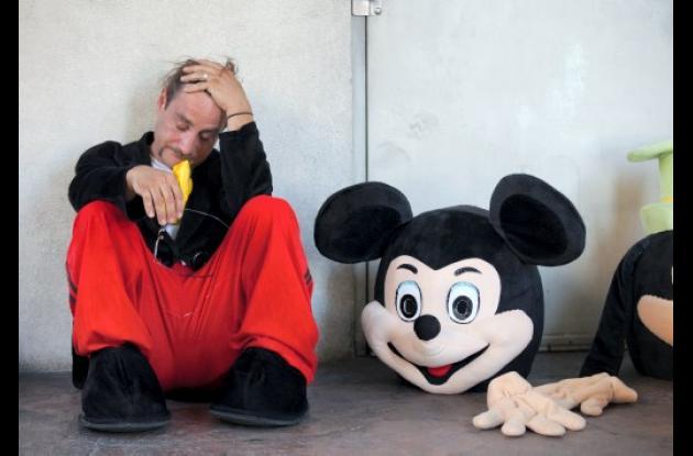 James Miller parece agotado, sentado al lado de su disfraz de Mickey Mouse