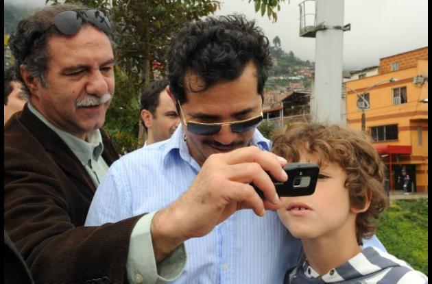 Victor Gaviria (izquierda) con el actor  colombiano John Leguizamo (centro)
