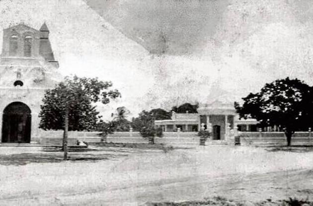 Ermita y plazoleta. Iglesia en ruinas, en 1954.