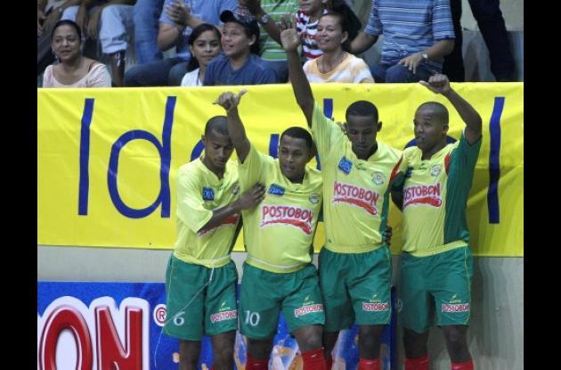 Douglas Padilla celebra junto a sus compañeros el primer tanto de los Heroicos, equipo que goleó anoche 8-2 a Tiburones de Barranquilla.