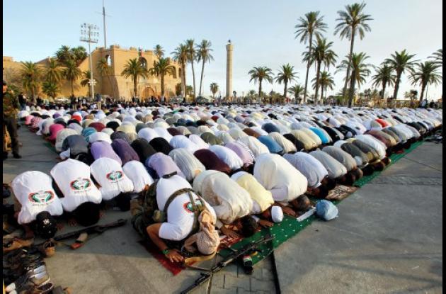 Libios orando en el último día del Ramadán en medio de manifestaciones