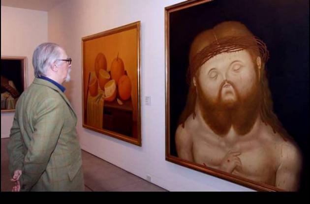 Fernando Botero observando sus obras.
