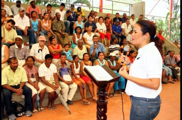 Judith Pinedo, alcaldesa de Cartagena, interactuó ayer con la comunidad de Arroz Barato y de barrios circunvecinos, en el Colegio San Francisco de Asís.