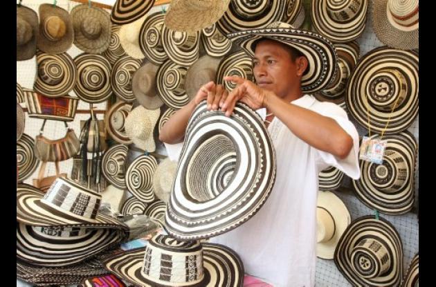 Hernán Roque, artesano de Tuchín (Córdoba) promociona los sombreros vueltiaos elaborados en caña flecha por él mismo. Tienen un costo que va desde $45.000 hasta $300.000 dependiendo el tipo de tejido.