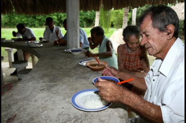 Los adultos mayores que fueron abandonados en una finca a las afueras de Turbaco hoy están pasando necesidades.