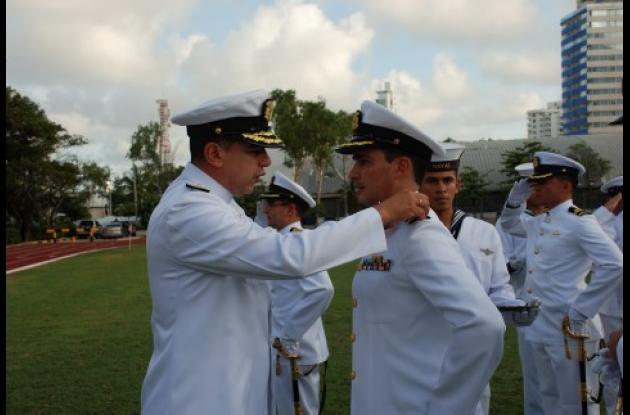 El contralmirante Roberto García Márquez impuso la insignia de Capitán de Fragata a un personal de oficiales de la Armada Nacional.