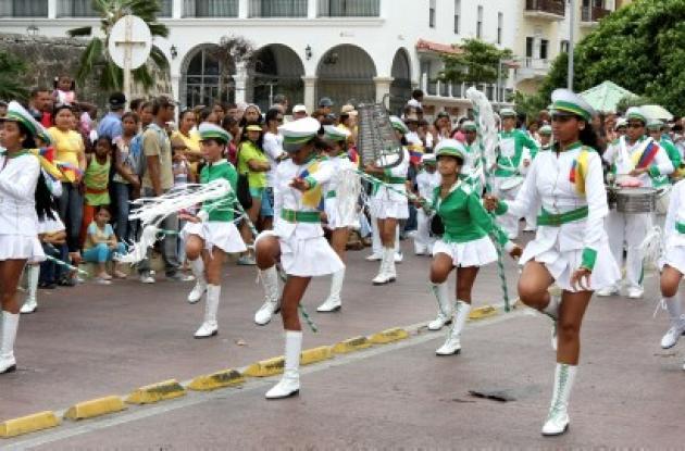 El ritmo de las Bandas de Paz de los colegios de Cartagena dio el inicio del Gran Concierto Nacional en el Corralito de Piedra. A estas horas se desarrolla el concierto en la Plaza de la Aduana.