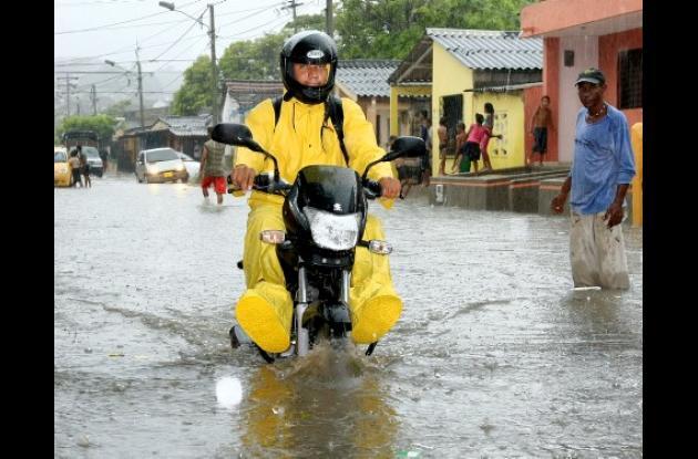 El viernes, con menos de una hora de lluvia, el agua se estancó en los bajos del Puente Romero Aguirre causando inundaciones en el barrio Canapote. La altura del agua en las calles superaba los 20 centímetros.