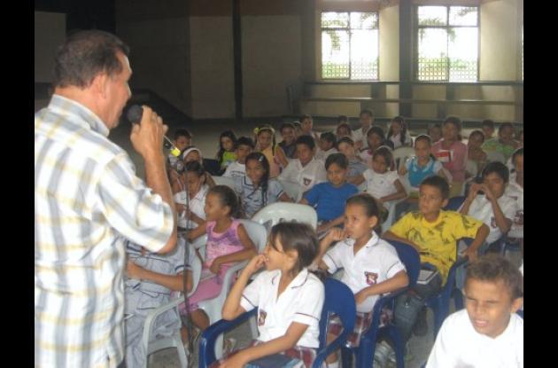 Los profesores trabajan con los niños en la exploración de los géneros literarios.