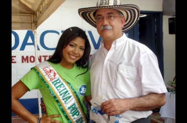 El gerente de la empresa Proactiva, Fernando Moncaleano Archila, les entregó a cada una de las candidatas un regalo.