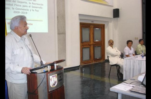 El director de Coldeportes, Everth Bustamante, momentos en que instalaba el evento del Plan Decenal del Deporte en Montería.