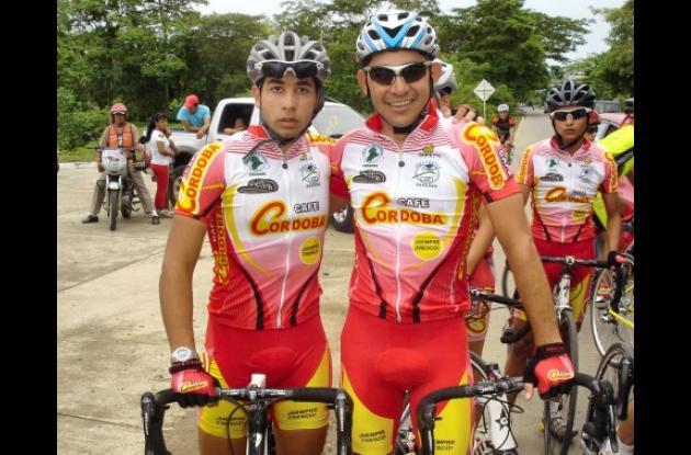 José Serpa, (derecha en la foto) luciendo la camiseta del equipo Café Córdoba, donde aparece en compañía de César Ganem Jr, talento juvenil sinuano durante la clásica de ciclismo en la Feria del Deporte de Montería.