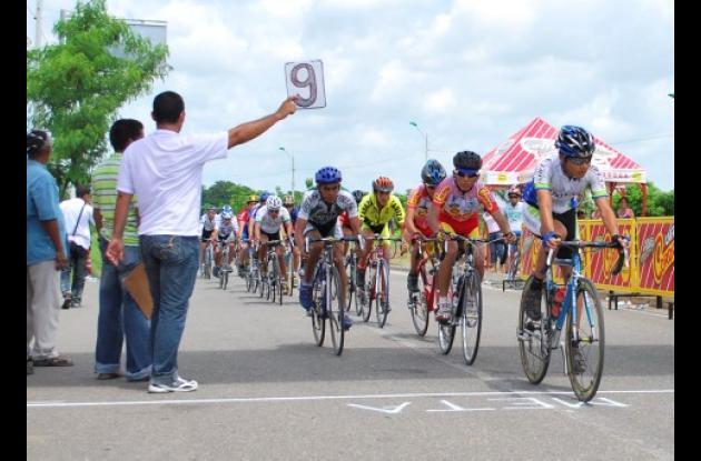 Una nutrida participación se registro ayer dentro del circuito de ciclismo Gustavo Matamoros D, Costa de la Policía Nacional Córdoba con el apoyo de la Liga de Ciclismo del departamento.