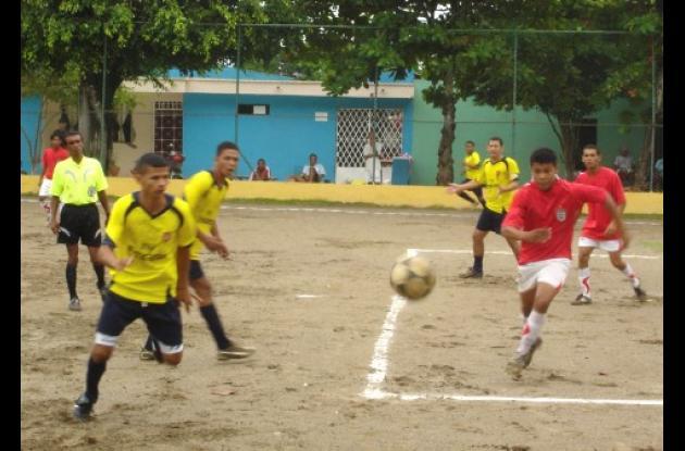 En cada fecha se registran candentes partidos en desarrollo del Torneo de Minifútbol Libre de la Sexta Etapa del barrio La Pradera de Montería.
