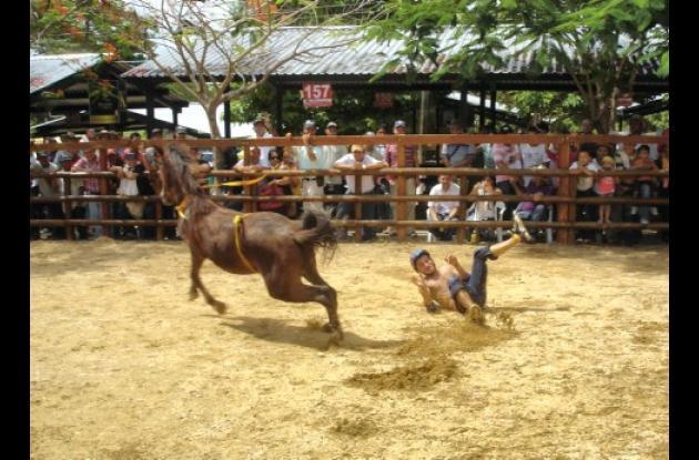 El jinete no soportó la furia del caballo y fue arrastrado en el suelo de la pista alterna.