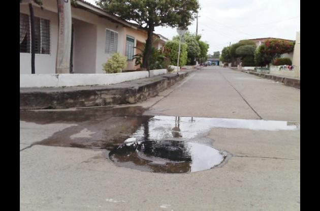 En esta parte de Corinto en la calle 20 con carrera 11, permanecen dos manjoles vertiendo aguas negras.
