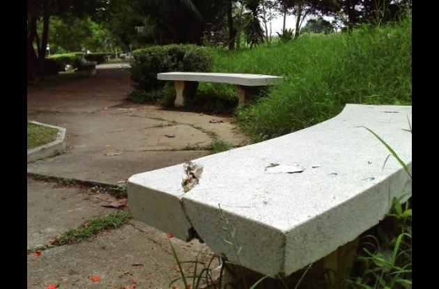 Las bancas del parque Bulevar se encuentran en mal estado.