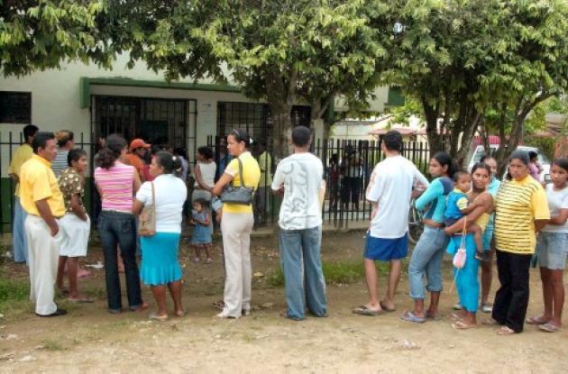 Cientos de personas esperan ser atendidas en el Camu de Mocarí.
