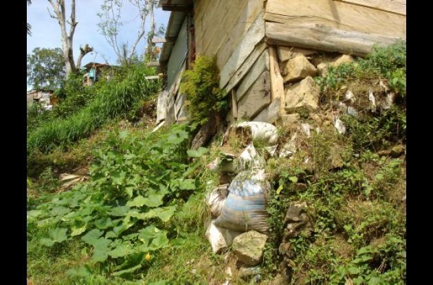 Las familias de El Cerro están en peligro debido a las erosiones.