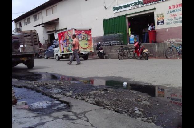 Este es el pozo que vierte aguas negras hacia la calle en el mercado de Cereté.