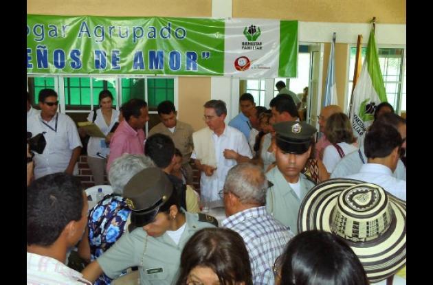 El mandatario inaugurando un hogar comunitario del ICBF en compañía del alcalde de Cereté, Rafael Chica.