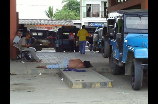 Los indigentes borrachos se acuestan en los andenes y bancas de la terminal.