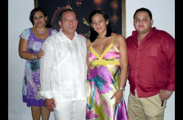 Lidis Acosta de Portillo, Javier Portillo, la graduada Yolanda Portillo y Javier Portillo Acosta.
