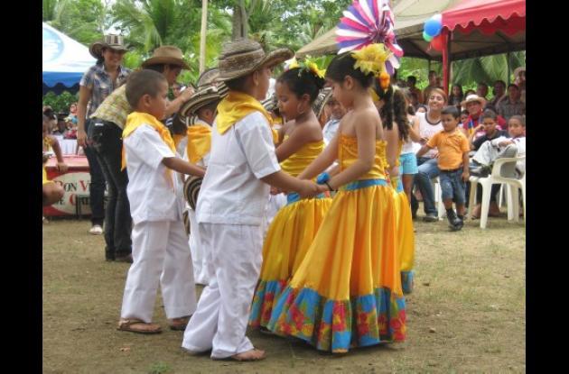 Niños del grupo folclórico del Colegio Almirante Colón.