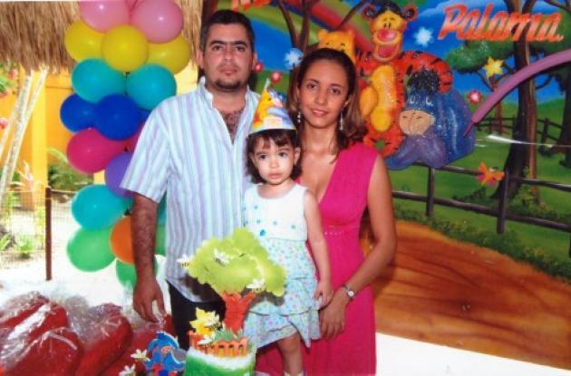 Paloma junto a sus padres John Llanos Ayola y Erika Rojas Urrego.