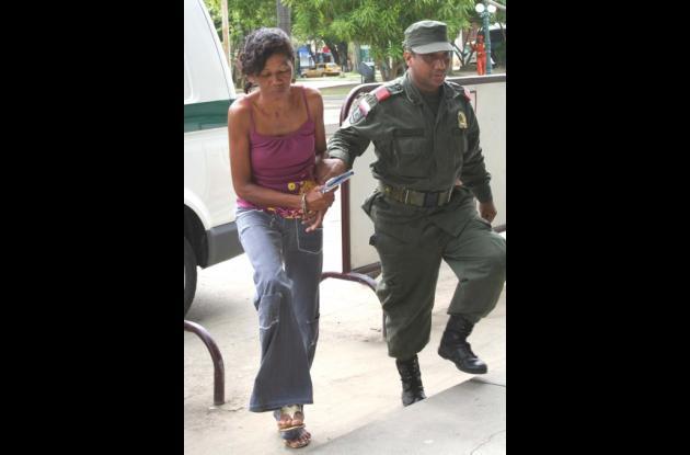 Momentos en que esta mujer capturada con droga en la cárcel era conducida al Palacio de Justicia.