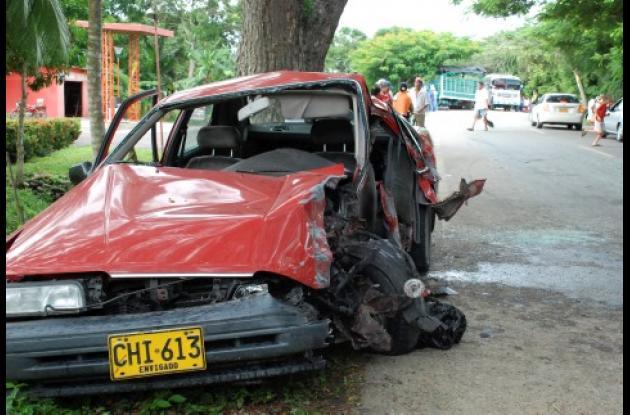 Completamente destruido quedó este vehículo tras  chocar con un camión en la vía a Lorica.