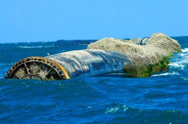 Tubería del Emisario Submarino en el mar.