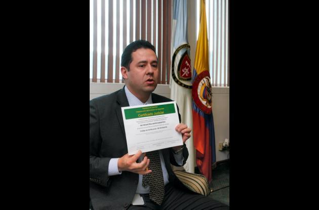 FELIPE MUÑOZ, director del DAS, muestra el nuevo certificado