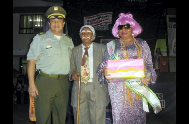 La reina madre Yaneth Arteaga Rodríguez, del barrio Villa Margarita, con el comandante de la Policía Córdoba coronel Sergio López Miranda.